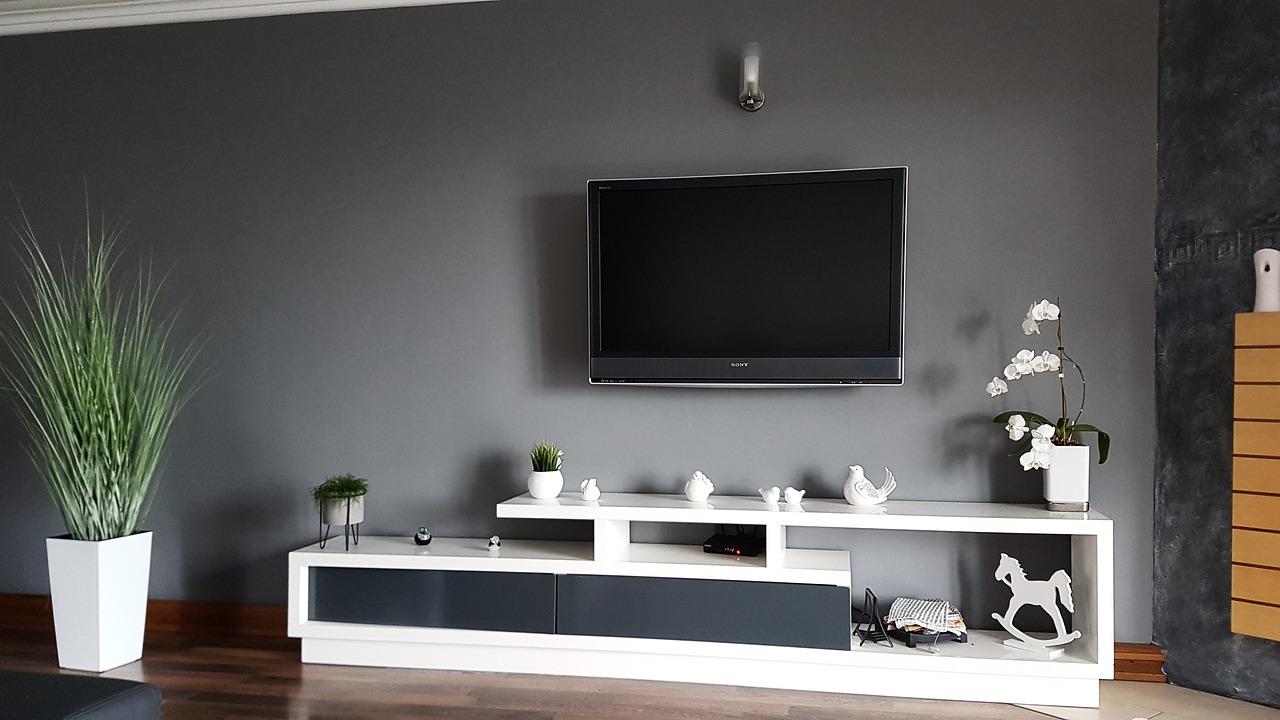 Rosnące przekątne i rozwiązania smart – jakie telewizory kupują Polacy?
