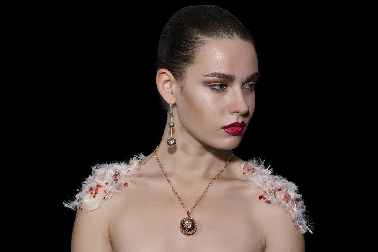Biżuteria ważnym elementem stylizacji ślubnej. Wiele zależy jednak od wybranej sukni i zasobności portfela